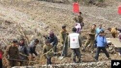 홍수 피해 방지를 위해 둑을 쌓는 북한 주민들