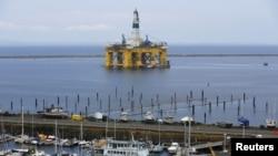 荷兰壳牌石油公司的石油钻井平台 (2015年5月12日资料照片)