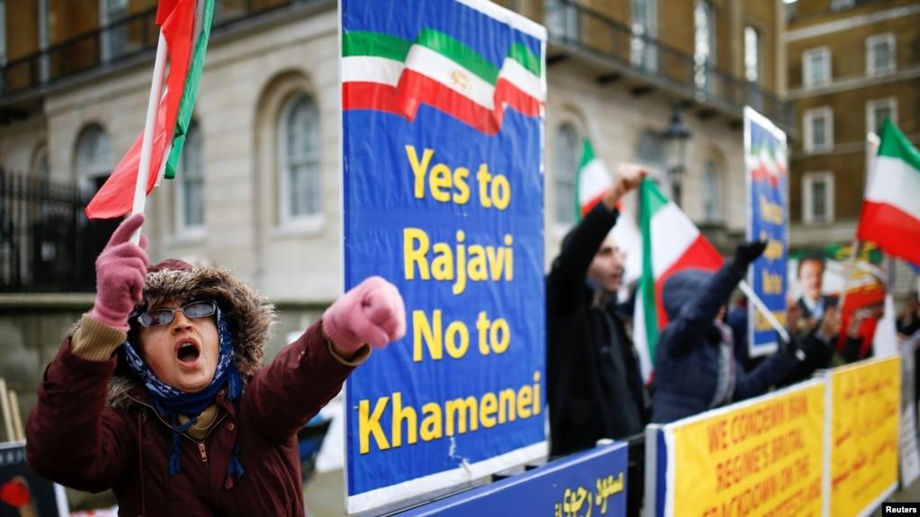 Người dân tuần hành ủng hộ các cuộc biểu tình chống chính phủ ở Iran bên ngoài Phố Downing Street ở London, Anh, hôm 13/1.