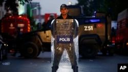 Поліцейський на місці вибуху в Стамбулі