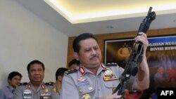 Phát ngôn viên cảnh sát Indonesia Alam trưng cho xem một khẩu súng của những kẻ tấn công dùng để chống cảnh sát