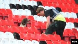 Cотрудник со служебной собакой исследуют трибуны стадиона на матче «Манчестер Юнайтед»-«Борнмут». Манчестер. Великобритания. 15 мая 2016 г.