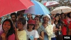 11月17日菲律賓民眾雨中排隊等待救援物資。