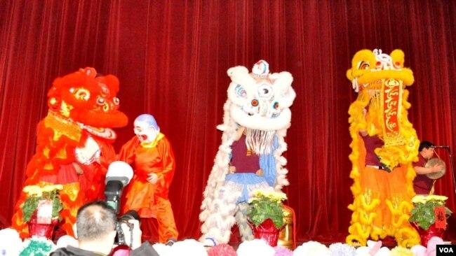 Múa lân trên sân khấu Hội chợ Tết do Nhà Việt Nam tổ chức tại trường NOVA, bang Virginia, ngày 28/1/2017. (Hình: Trà Mi)