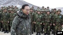 Ли Мен Бак во время посещения южнокорейской военной базы