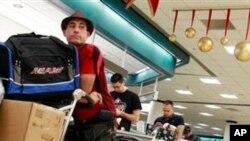 마이아미 공항에서 쿠바행 탑승을 기다리는 여행객들