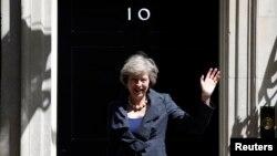 테레사 메이 신임 영국 총리가 취임 전날인 12일 내무장관 자격으로 런던 다우닝 10번가에서 열린 국무회의에 참석한 뒤 기자들에게 손을 흔들고 있다.