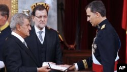 Spain's King Felipe VI, right, is sworn in as the new Spanish King during ceremony at the Spanish parliament in Madrid, Spain, June 19, 2014.