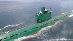 한국 정부가 북한 잠수함의 탄도미사일 탑재 가능성을 처음으로 공식 인정했다. 지난 6월 북한 조선중앙통신이 김정은 국방위원회 제1위원장이 동해 잠수함 부대인 제167군부대를 방문, 직접 탑승해 훈련을 지도했다고 보도한 잠수함. (자료사진)