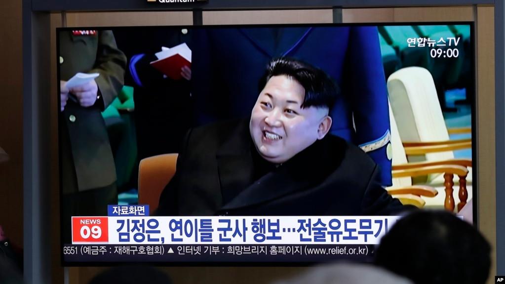 """Mọi người xem chương trình tin tức trên truyền hình về cuộc thử nghiệm một """"loại vũ khí chiến thuận có điều hướng mới"""" của Triều Tiên với hình ảnh trước đây của lãnh đạo của nước này, Kim Jong Un, tại một bến tàu ở Seoul, Hàn Quốc, hôm 18/4."""