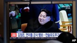 شمالی کوریا میں لوگ ٹیلی ویژن پر میزائل ٹیسٹ کی خبریں دیکھ رہے ہیں