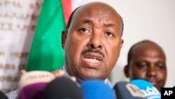 Utusan Khusus Perdana Menteri Etiopia, Dubes Mahmoud Dirir, berbicara kepada para wartawan di Kedutaan Besar Etiopia di Khartoum, Sudan, 11 Juni 2019, mengenai kesepakatan mengakhiri pembangkangan sipil.