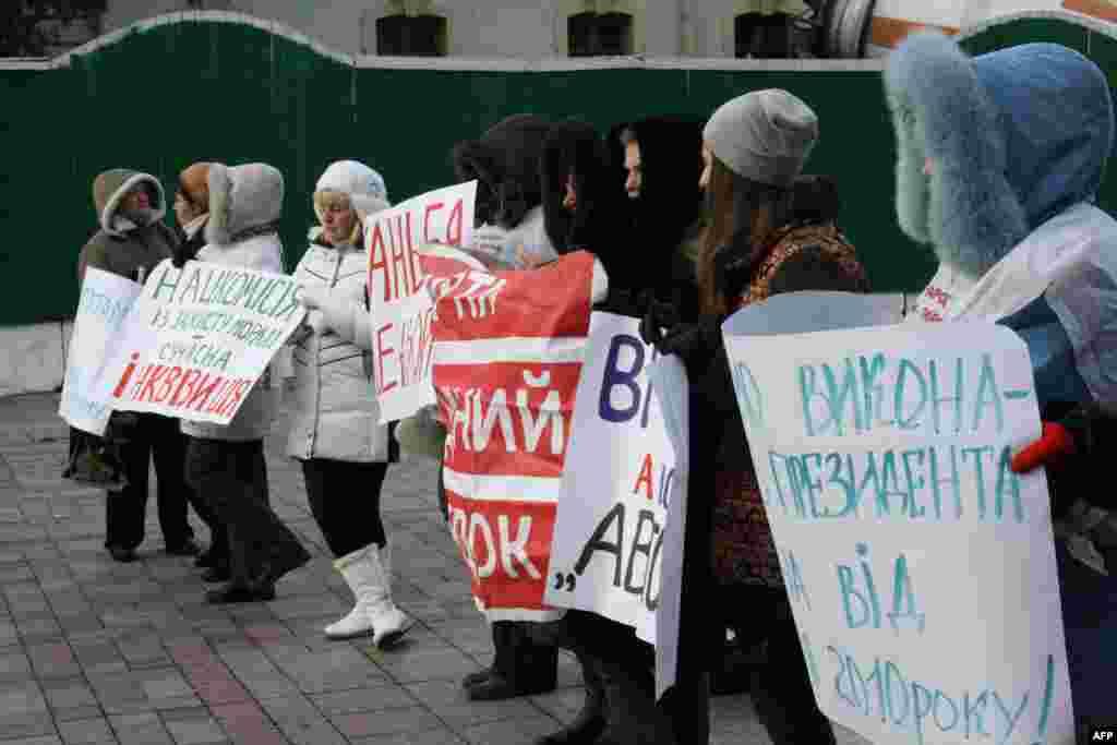 Немногочисленные участники митинга против введения цензуры в СМИ