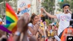"""Con Jennifer Lopez durante una presentación en el """"Today Show"""" de NBC."""