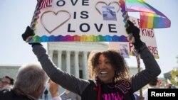 미국 연방 대법원이 28일 동성 간 결혼 허용 여부를 결정하기 위한 심리를 시작한 가운데, 법원 앞에서 한 여성이 동성애 지지 문구를 들고 있다.