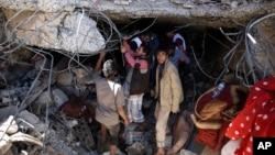 Người dân tìm kiếm những người sống sót dưới đống đổ nát của một ngôi nhà bị phá hủy bởi cuộc không kích do Ả Rập dẫn đầu đã giết chết một đạo diễn truyền hình, vợ và ba người con của anh ta ở Sanaa, Yemen, thứ Tư 10 tháng 2 năm 2016.