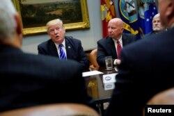 지난해 9월 도널드 트럼프 미국 대통령이 백악관에서 케빈 브래디 공화당 하원 의원(오른쪽) 등 하원 세출위원회 소속 의원들과 만나고 있다.