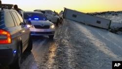 一辆载有中国游客的大巴在冰岛滑下公路,1人丧生,12人受伤。