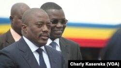 Le président Joseph Kabila (à gauche), le 3 août 2015. (Charly Kasereka/VOA)