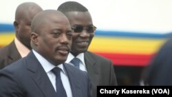 Le président Joseph Kabila (à gauche) inaugure la piste réhabilitée de l'aéroport de Goma, accompagné du gouverneur Julien Paluku du Nord-Kivu (arrière-plan droite), le 3 aout 2015. (Charly Kasereka/VOA)