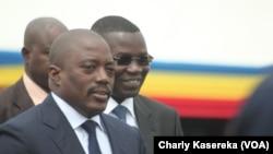 Le gouverneur Julien Paluku du Nord-Kivu, troisième à droite, à l'arrière-plan droite, accompagne le président congolais Joseph Kabila qui visite la ville de Goma, capitale du Nord-Kivu, 3 août 2015. (Charly Kasereka/VOA)