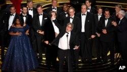 Ekipi realizues i filmit Green Book duke marrë Çmimin Oskar si Filmi më i Mirë i Vitit