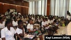 Une partie des élèves lors du Focus avec l'auteur Invité d'honneur, Lomé, le 6 novembre 2019. (VOA/Kayi Lawson)