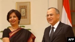 Ngoại trưởng Ấn Ðộ Nirupama Rao và người tương nhiệm phía Pakistan, ông Salman Bashir (phải)