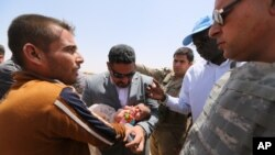 Các giới chức Liên Hiệp Quốc đi thăm những người bị thất tán đến từ các khu vực xung quanh Ramadi, Iraq.