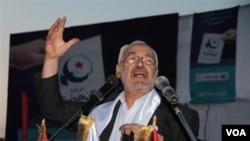 Pemimpin partai Islamis Ennahda, Rached Ghannouchi saat melakukan kampanye di Ben Arous, selatan ibukota Tunis, Tunisia (21/10).