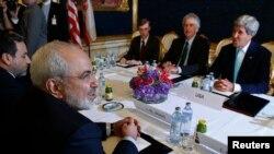 Menlu Iran Javad Zarif (kiri) bertemu Menlu AS John Kerry (kanan) bertemu Minggu (21/9) di sela-sela kesibukan sidang umum PBB di New York (foto: dok).