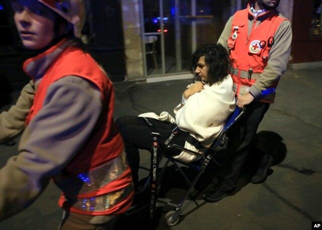 Một người phụ nữ được đưa ra khỏi nhà hát Bataclan, ngày 13 tháng 11, 2015.