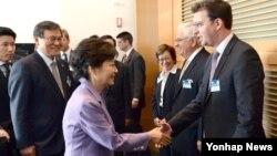 박근혜 한국 대통령이 9일 오전 로스앤젤레스 게티미술관에서 열린 창조경제리더 간담회에서 참석자들과 악수하고 있다. 이 간담회에는 한미 양국 전문가들이 참석했다.