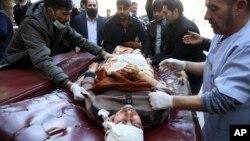 아프가니스탄 수도 카불의 시아파 문화센터에서 28일 연쇄 폭탄테러가 발생해 적어도 41명이 숨지고 84명이 부상했다. 의료진이 부상자를 병원으로 이송하고 있다.