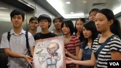 多位學民思潮成員致送一張油畫給香港教育局局長吳克儉,諷刺吳克儉最近多次爽約,迴避與學生公開對話