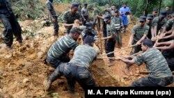 Pasukan Sri Lanka melakukan operasi penyelamatan di lokasi bencana tanah longsor di desa Kalupahanawatte, Bulathkohupitiya (18/5).