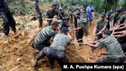 Les forces armées du Sri Lanka lors d'opérations de sauvetage dans la zone d'un glissement de terrain à Kalupahanawatte dans Bulathkohupitiya, 97 kms vers les collines du centre de Colombo, Sri Lanka, le 18 mai 2016.