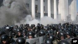 Protes anti otonomi di luar gedung parlemen Ukraina di Kyiv berubah menjadi rusuh hari Senin (31/8).
