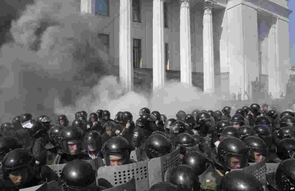 پولیس اور مظاہرین دونوں نے آنسو گیس کے گولے پھینکے۔