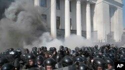 乌克兰防暴警察与基辅议会大厦外的民族主义抗议者发生冲突 (2015年8月31日)