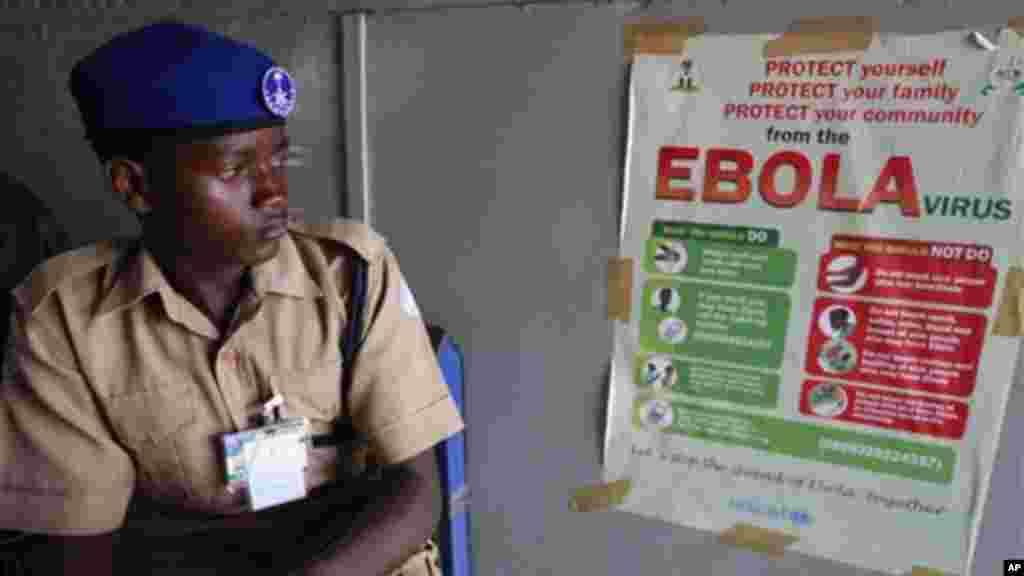 Jami'an kula da lafiyar matafiya na duba fasfo kafin su yi amfani da ma'aunin zafin jiki su yiwa Mahajjata gwajin cutar Ebola, 18 ga Satumba, 2014.