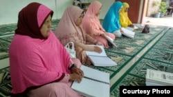 Perempuan dengan disabilitas sensorik di Kota Medan, Sumatra Utara, sedang membaca Alquran braille. (Courtesy: Persatuan Tunanetra Indonesia atau Pertuni)