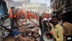 31일 인도 뭄바에서 6층짜리 건물이 붕괴해 적어도 21명이 사망하고 숨낳은 사상자가 발생했다. 구조대가 현장에서 생존자를 수색하고 있다.