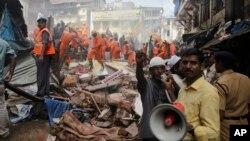 Les secours recherchent des survivants et tentent de dégager les corps de victimes après l'effondrement d'un immeuble à Bombay, Inde, le 31 août 2017.