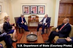 Ngoại trưởng Mỹ John Kerry (thứ hai từ trái) nói chuyện với Ngoại trưởng Jordan Nasser Judeh (thứ hai từ phải) trước cuộc họp song phương ở Amman, Jordan, ngày 21 tháng 2, 2016.