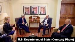 존 케리 국무장관이 21일 요르단 암만에서 요르단 외무장관과 담화하고 있다.