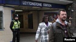 Un policier en patrouille devant la station de métro Leytonstone dans l'est de Londres, la Grande-Bretagne, 6 décembre 2015.