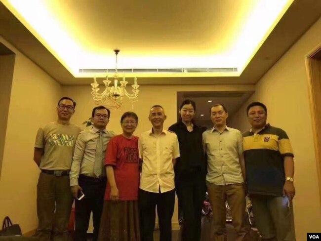 中国人权律师李和平获释回家后与亲友见面。(李和平亲友提供图片)