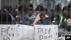 在希腊莱斯博斯岛上举行的绝食抗议已经进入第三天,大多来自巴基斯坦的移民和难民抗议将他们送往土耳其。(2016年4月7日)