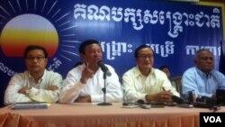 មេដឹកនាំគណបក្សសង្គ្រោះជាតិធ្វើសន្និសីទព័ត៌មានមួយនៅទីស្នាក់ការកណ្តាលគណបក្សកាលពីថ្ងៃច័ន្ទទី៩ ខែឧសភា ឆ្នាំ២០១៤ អំពីករណីការរារាំងពិធីជួបប្រជុំសមាជិកគណបក្សនៅស្រុងអន្លង់វែងខេត្តឧត្តរមានជ័យ។ (ហេង រស្មី/VOA Khmer)